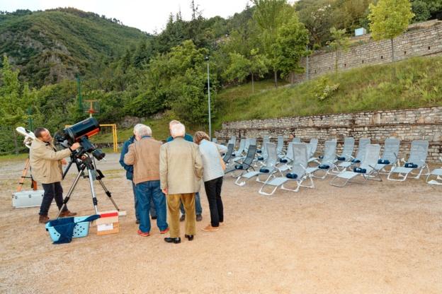 Vue du parc de chaises longues et des télescopes à disposition du public pour l'étude du ciel