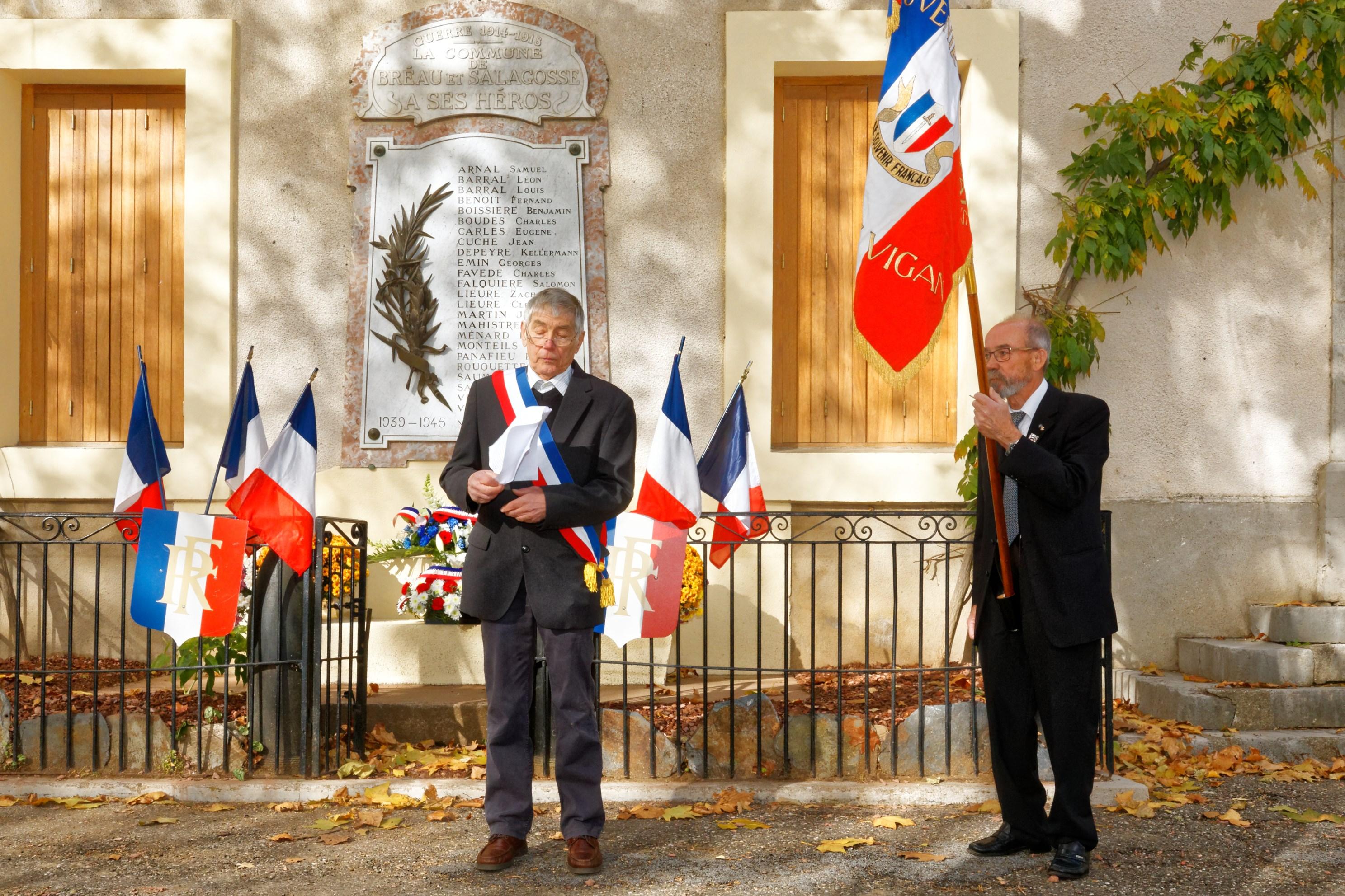 Le discours du maire devant le monument aux morts de la commune